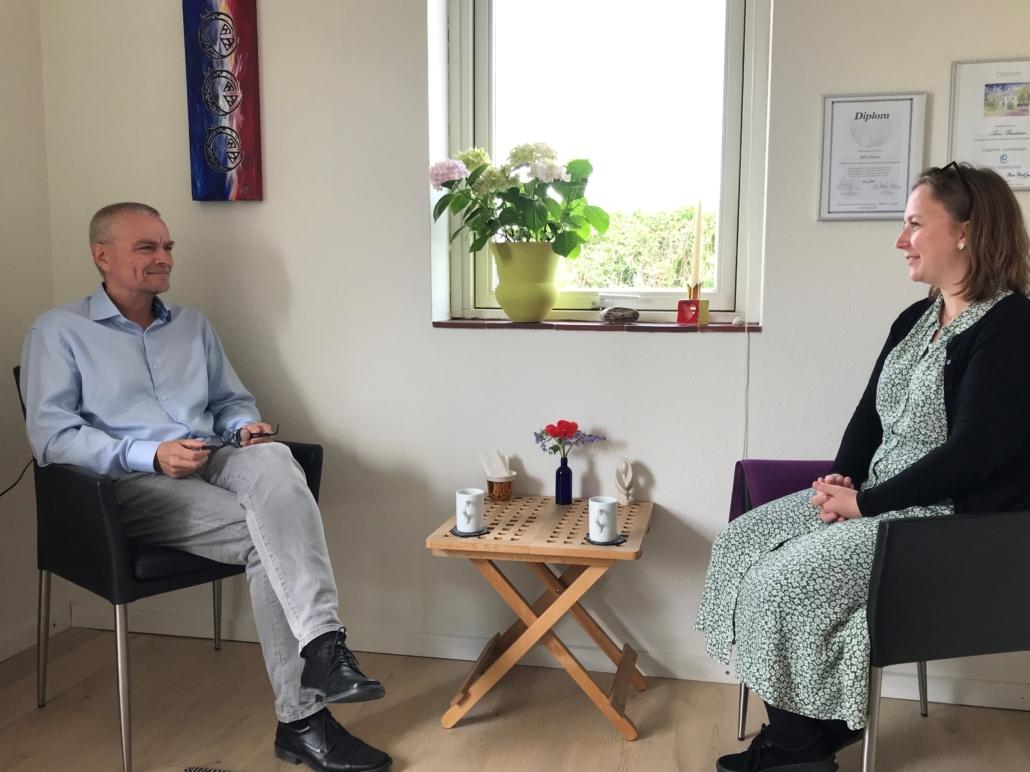 Ivan sidder med kvindelig klient i en samtaleterapi