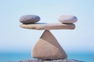4 sten i formation så de balancerer på hinanden