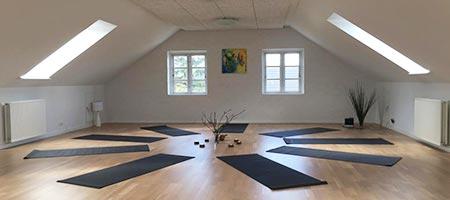 undervisningslokale med sorte måtter på gulvet