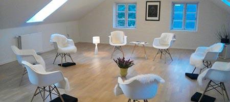 undervisningslokale med hvide stole og bløde tæpper