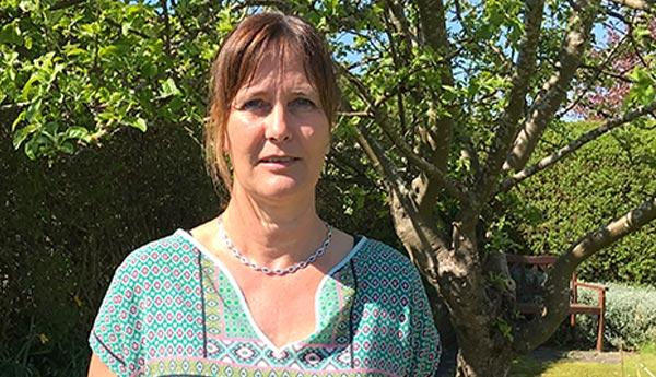 Helle Nielsen står i haven