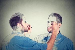 en mand tegner sit eget spejlbillede